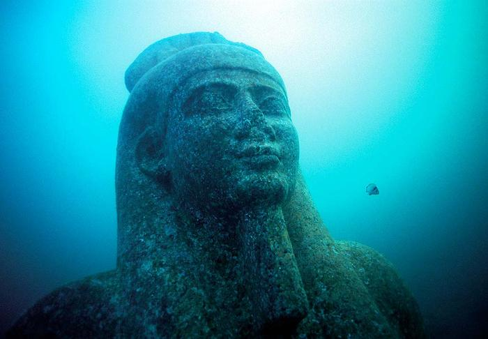 Head of a colossal statue of red granite (5.4 m) representing the god Hapi, which decorated the temple of Heracleion. The god of the flooding of the Nile, symbol of abundance and fertility, has never before been discovered at such a large scale, which points to his importance for the Canopic region. ©Franck Goddio/Hilti Foundation, photo: Christoph Gerigk